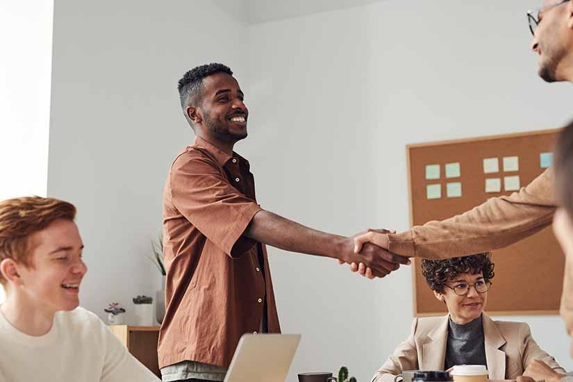 La entrada de un empleado nuevo a tu empresa, además de ser muy importante, conlleva tener en cuenta un proceso de onboarding. Aquí te damos los pasos para hacerlo de manera exitosa