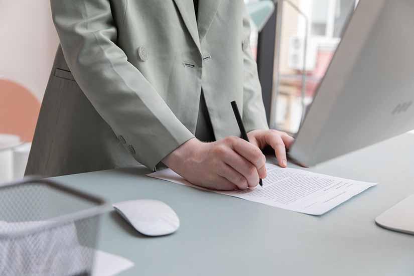 El CST regula los tipos y las características de los contratos de trabajo en Colombia. Aquí te explicamos todo lo relacionado con ellos.